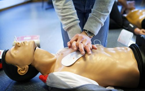general-first-aid-course--paris--france--learning-cpr-coupled-with-a-defibrillator--487736849-5a9b2d7c30371300360a1462